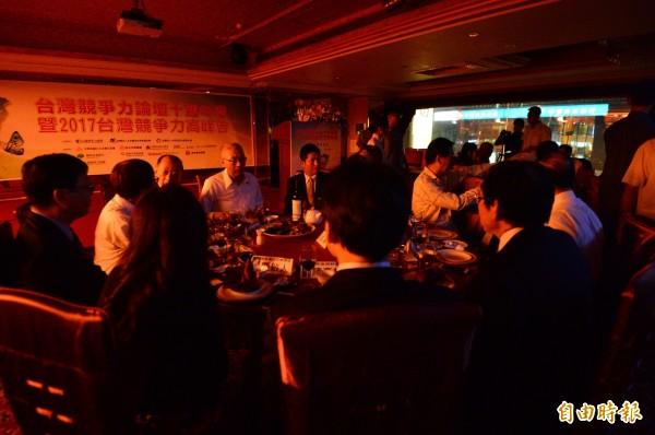 準國民黨黨主席吳敦義參加競爭力論壇10週年餐會,遇上全台跳電,晚宴會場漆黑一片。(記者王藝菘攝)