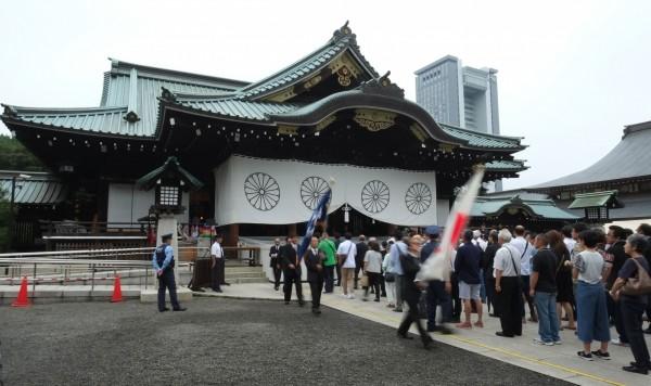 今日是日本「終戰紀念日」72週年,首相安倍晉三今年仍是沒有前往靖國神社參拜,僅向靖國神社獻上「玉串料」(祭祀費),也是安倍晉三連續第5年採取同樣做法。(法新社)
