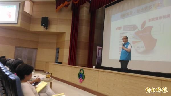 台北市教育局長曾燦金(站立者)主持國小校長會議時,宣布北市小學明年起停辦校務評鑑2年。(記者蔡亞樺攝)