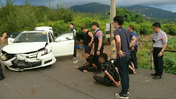 警方出動50逾人追捕加油站大盜。(記者陳彥廷翻攝)