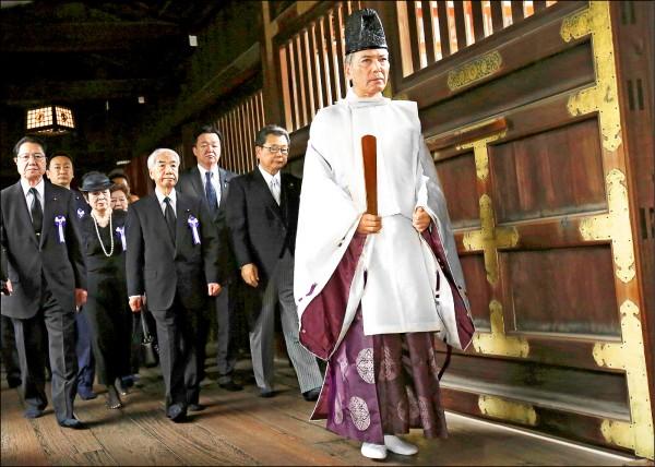 六十三名日本跨黨派國會議員,十五日前往靖國神社參拜,首相安倍晉三則以自民黨總裁身分委由代理人供奉祭祀費。(路透)