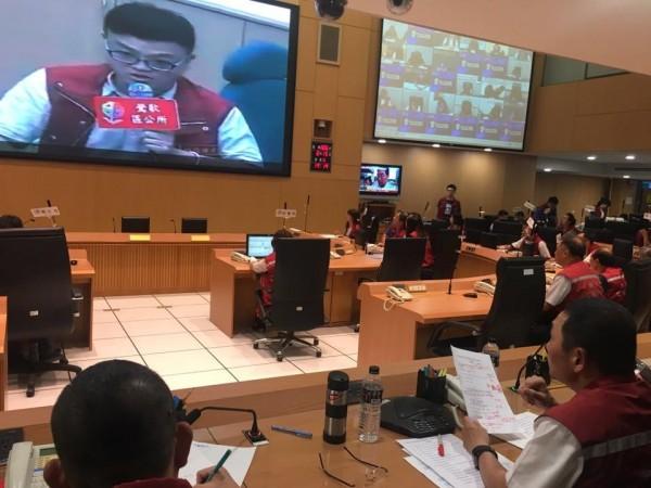 新北市副市長侯友宜(右下)昨進駐新北市災害應變中心擔任指揮官。(圖擷取自侯友宜臉書)