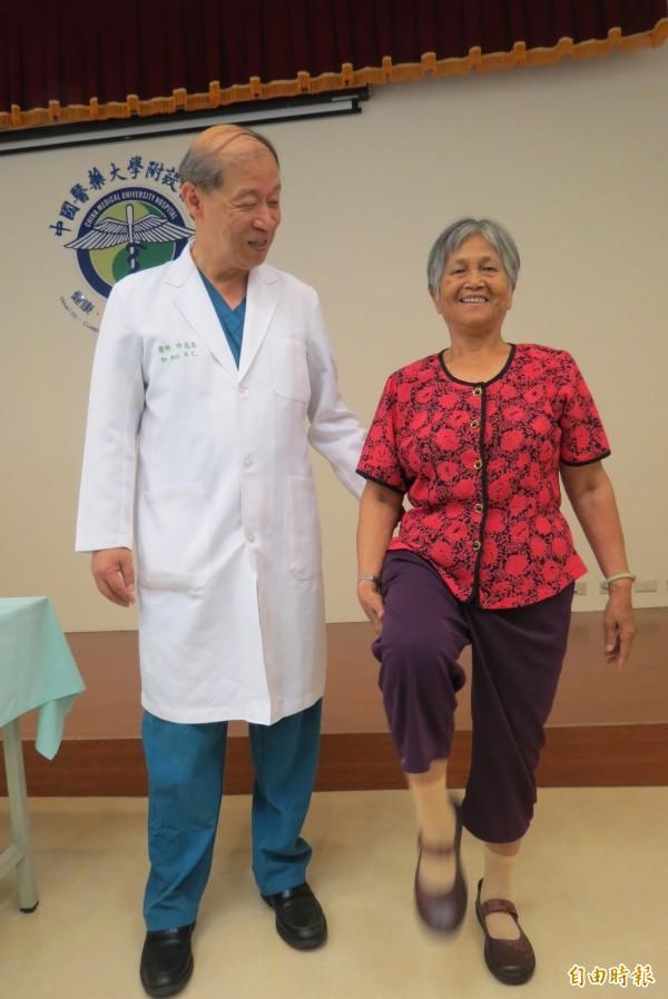 70餘歲婦人飽受膝關節退化所苦,機器人手臂手術置換人工膝關節,現每天上山照顧果樹。(記者蘇孟娟攝)