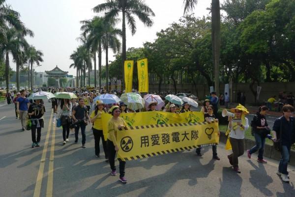 2015年反核遊行,主婦聯盟舉出「用愛發電」標語。(圖擷取自主婦聯盟環境保護基金會臉書粉絲專頁)