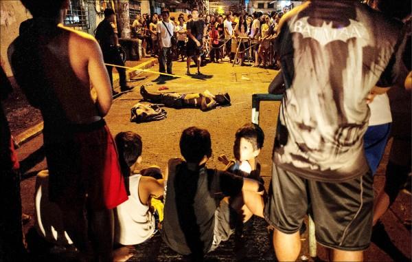 十五日又有卅二人死於菲國警方手下,為這場已奪走數千條性命的反毒戰寫下「最血腥的一夜」。(法新社)