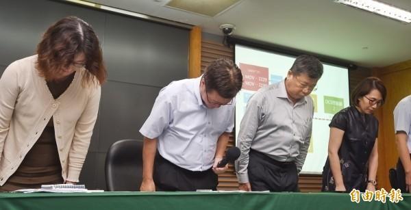 針對大潭電廠供氣引起停電事件,中油董事長陳金德(左二)16日舉行記者會說明,並與公司相關主管鞠躬道歉。(資料照,記者方賓照攝)