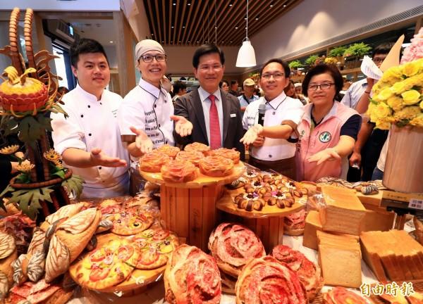 吳寶春(右2)應台中市長林佳龍邀請(右3)設計花博麵包。(記者張菁雅攝)
