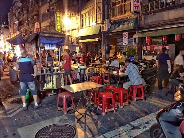前天無預警停電,商家損失不少,台北市西昌街觀光夜市部分商家受停電影響,摸黑做生意。(中央社資料照)