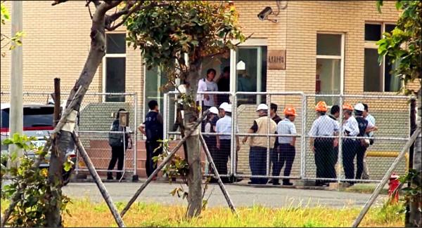 檢調人員前往中油公司設在大潭電廠內的「天然氣計量站」進行調查。(記者周敏鴻翻攝)