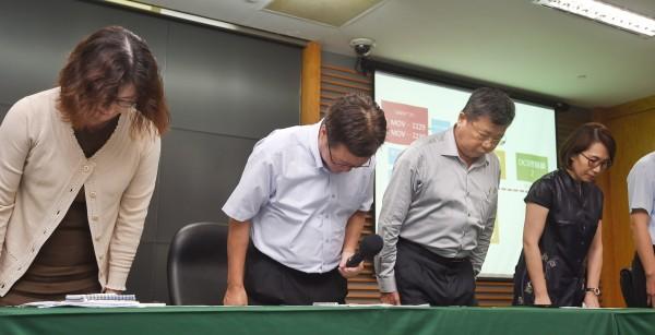 針對大潭電廠供氣引起停電事件,中油董事長陳金德(左二)16日舉行記者會說明,並與公司相關主管鞠躬道歉。(記者方賓照攝)