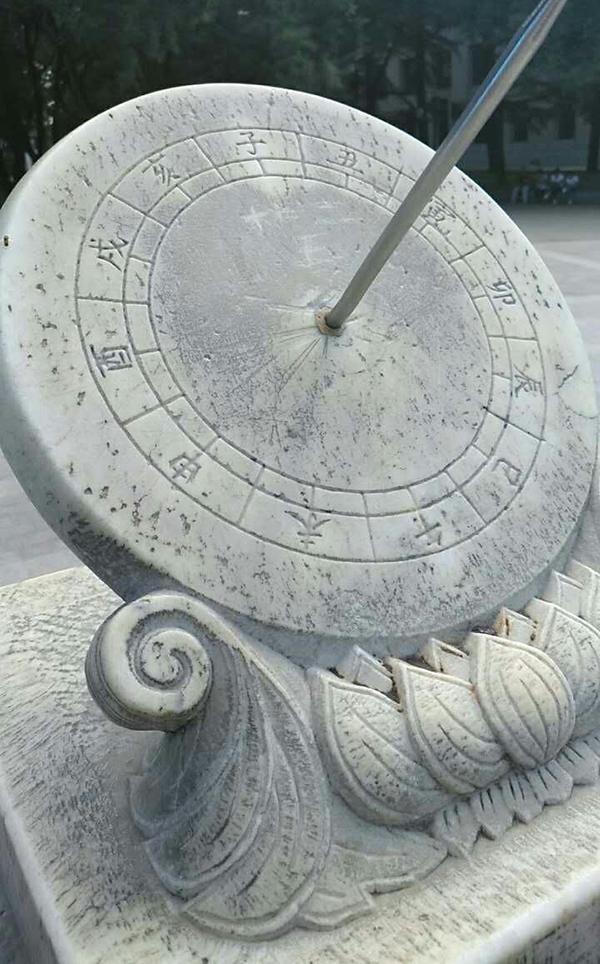 北京清華大學的日晷被人刻字。(圖擷取自澎湃新聞)