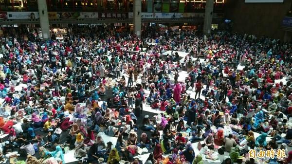 郝廣才批評,許多台灣人坐在台北車站大廳地上,「愈來愈像外勞」。圖為開齋節時,台北車站大廳湧入大群穆斯林移工。(資料照,記者甘芝萁攝)