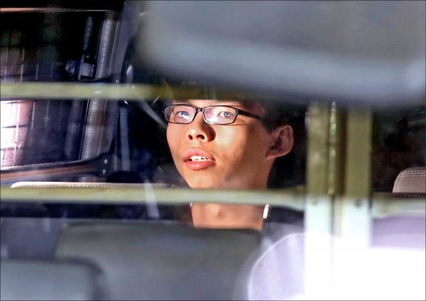 香港「雨傘革命」領袖黃之鋒、周永康、羅冠聰三人,十七日被改判徒刑後,黃之鋒搭乘囚車離開高等法院。(美聯社)