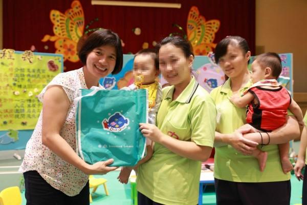 副市長林依瑩(左)關懷帶子服刑收容人,勉勵親子共讀,用閱讀翻轉人生。(圖台中市政府提供)