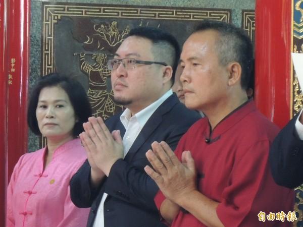 民進黨高市黨部主委黃彥毓(中)認為,徹底檢視與解決電力問題,比要求官員下台還重要。(記者王榮祥攝)