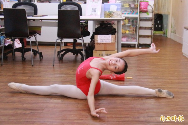 顏佩炘熱愛舞蹈,為了跟上同儕,在練習劈腿時下足苦工。(記者陳冠備攝)
