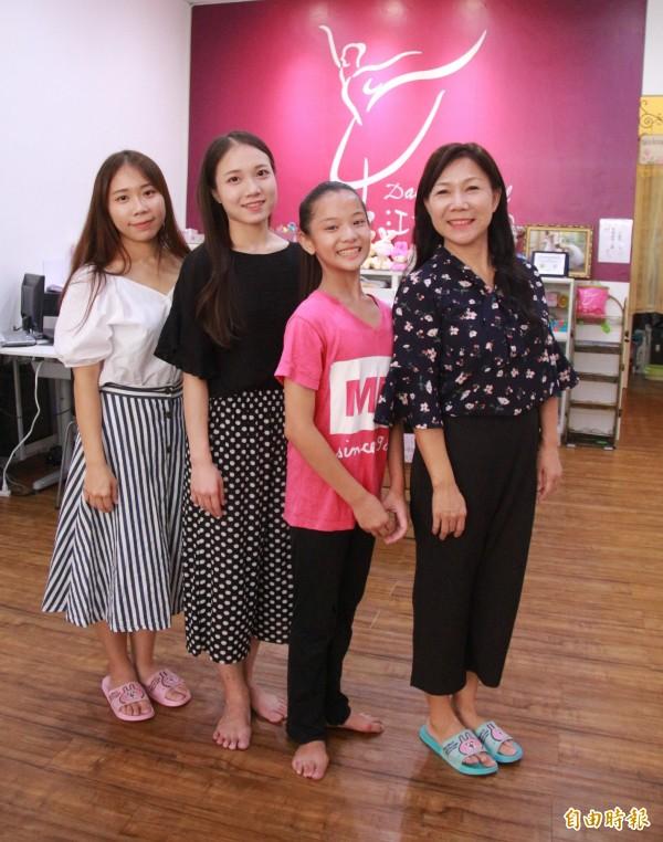 舞蹈團老師江富美(右1)、指導老師林奕君(左2)義務指導顏佩炘(右2)學舞。(記者陳冠備攝)