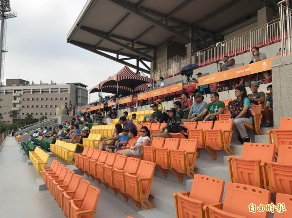 新竹縣第2運動場下午豔陽高照時,進場觀賽的民眾明顯比較少。(記者黃美珠攝)