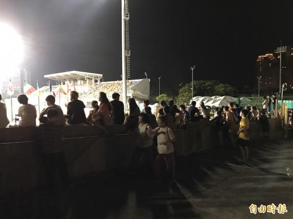 買不到票進場看賽的民眾直接站在新竹縣竹北市的斜張橋上觀戰。(記者黃美珠攝)