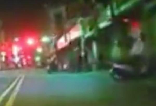 王男把機車停在路中間,單手抓起貓,不斷往地面猛摔。(翻攝畫面)