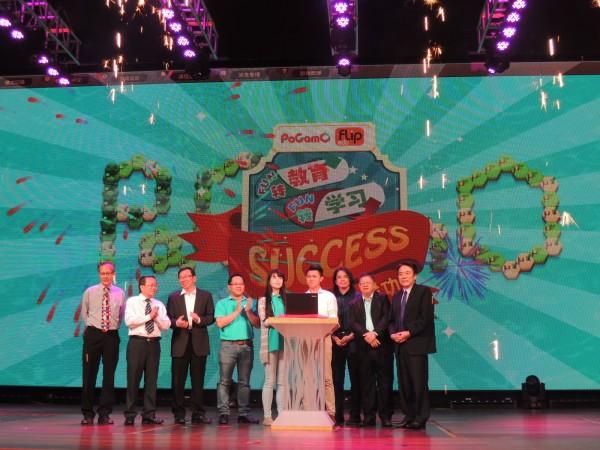 台大電機系教授葉丙成(左3)與團隊創PaGamO公司,採線上遊戲結合學習解題,讓學生玩到主動要求老師出題,並正式推廣到馬來西亞,鎖定當地華人學校,盼助70萬名學生激發學習動機。(葉丙成提供)