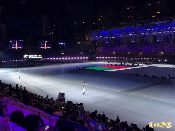 世大運開幕反年改場外鬧場,一度導致各國選手無法進場,台北田徑場內的選手席空蕩蕩。對照場外激烈的陳情抗議,格外諷刺。(記者沈佩瑤攝)