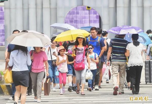 吳德榮今發文表示,下週一「熱帶低壓」或「輕颱」逐漸接近,東半部水氣增多,東半部、北部轉為有局部陣雨。(資料照,記者方賓照攝)