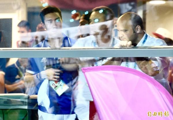 反年改團體鬧場,選手好奇觀望。(記者羅沛德攝)