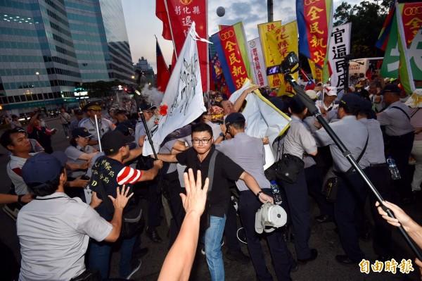 反年改人士在世大運場外抗議。(記者羅沛德攝)