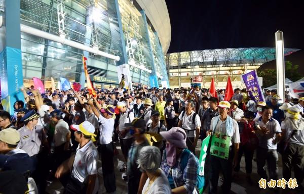 反年改團體聚集在小巨蛋與開幕體育場間廣場,擋住選手進場動線。(記者羅沛德攝)