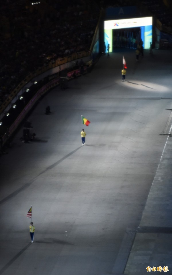 各國運動員一度被擋在場外,只剩旗手繞場。(記者劉信德攝)