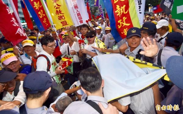 世大運開幕,反年改團體在場外敦化北路與八德路口,和警方發生推擠衝突。(記者羅沛德攝)