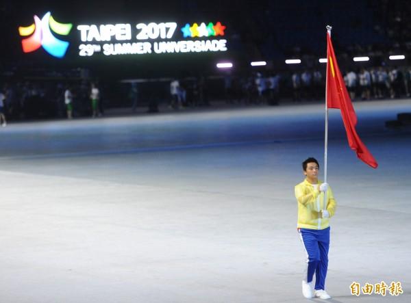 世大運場外因發生陳抗事件,開幕式時一度宣布取消所有選手繞場,運動員被擋在場外,只剩旗手繞場。(記者劉信德攝)