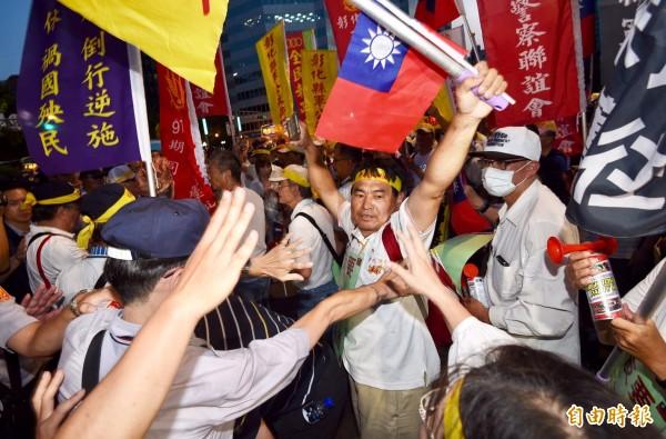 反年改團體在場外敦化北路與八德路口,大動作抗議。(記者羅沛德攝)