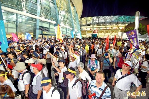世大運開幕,反年改團體動員上百位民眾到場抗議,堵在八德路、敦化北路出入口,導致各國選手一度無法進場。(記者羅沛德攝)
