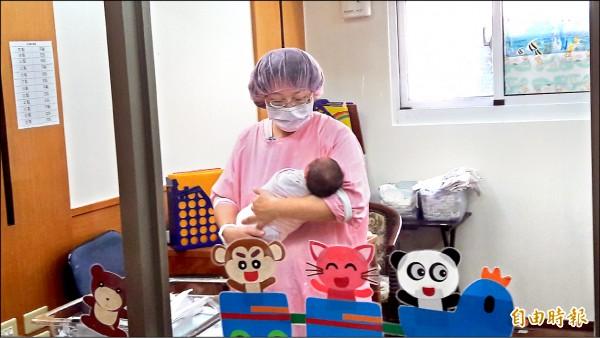 最新統計數據顯示,2017年1至7月的新生兒共有11萬379人。上圖為醫院嬰兒室一景。(資料照,記者洪美秀攝)
