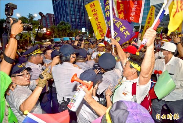 世大運開幕,反年改團體在場外和警方發生推擠,甚至阻撓選手進場。(記者羅沛德攝)