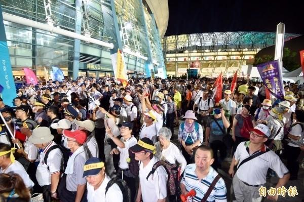 世大運19日晚間開幕,反年改團體聚集在小巨蛋與開幕體育場間廣場,擋住選手進場動線。(資料照,記者羅沛德攝)