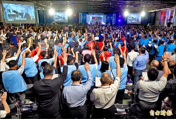 國民黨全代會昨在台中舉行,新任黨主席吳敦義與黨代表一同宣誓,隨後發表演說。(記者簡榮豐攝)