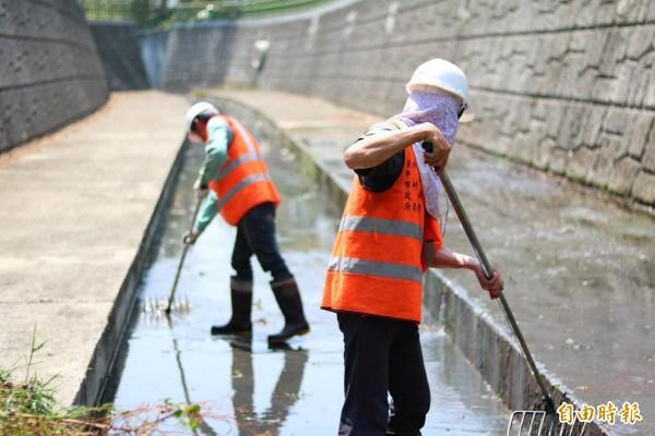防範天鴿颱風造成危害,水利局加強河道清淤。(記者黃鐘山攝)