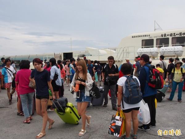 綠島交通船加開船班疏運島上旅客。(記者王秀亭攝)