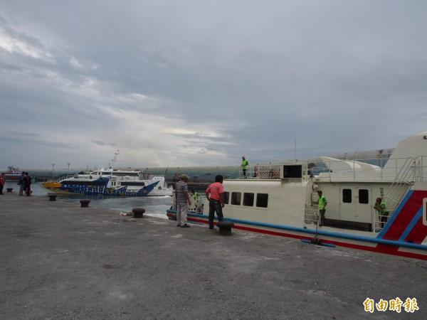 3艘往返台東、綠島的交通船,馬不停蹄地疏運旅客。(記者王秀亭攝)