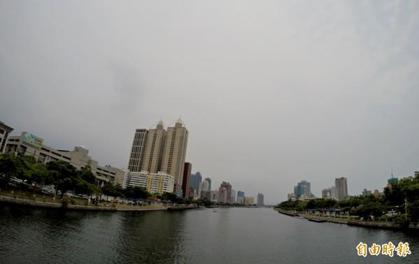 天鴿颱風逐漸接近台灣南部地區,受颱風影響,今天南部地區都為陰天,雖然高雄市區中午仍悶熱,但相較於昨天溫度略為降低。(記者黃志源攝)
