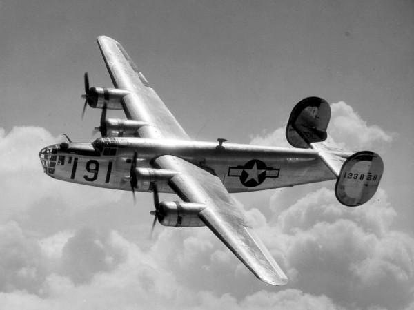 二戰結束後,B-24型「解放者」轟炸機經過台東上空,遇到颱風釀墜機意外。(圖擷自維基)