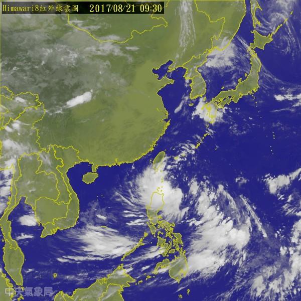 天鴿颱風目前位於鵝鑾鼻的東南東方海面,持續朝西北西方向朝台灣而來。(圖擷取自中央氣象局)