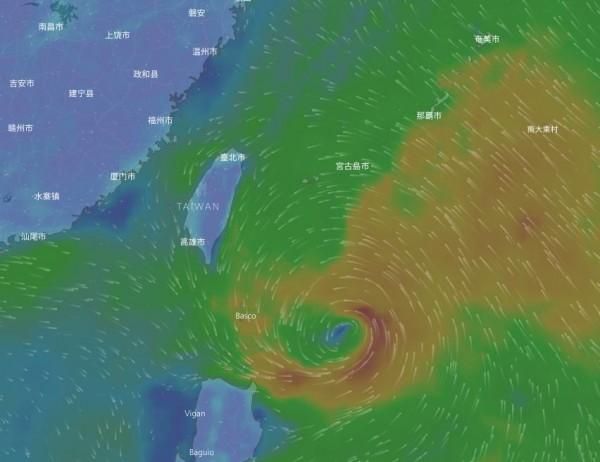 中央氣象局指出,第13號颱風「天鴿」中心目前在鵝鑾鼻東南東方海面,向西北西移動,其暴風圈朝巴士海峽接近。(圖擷取自Windy網站)