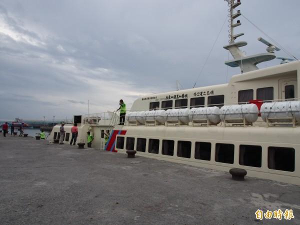 綠島之星2號及凱旋1號今天下午3時將開船載回綠島滯留旅客。(記者王秀亭攝)