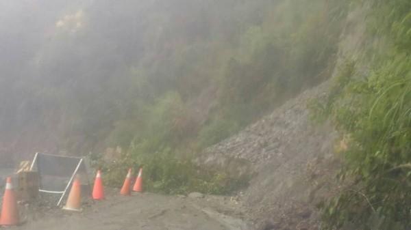 南橫公路東段經過一夜雨勢,部分路段有泥流,暫時無法通行。(公路總局關山工務段提供)