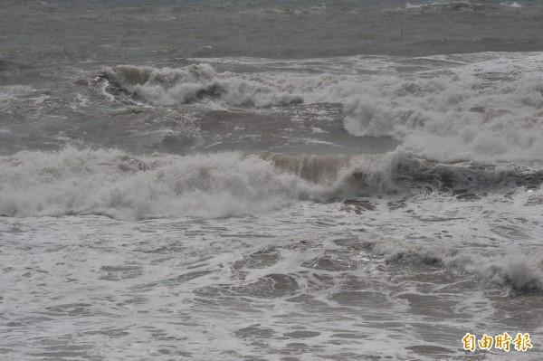 恆春半島東岸仍有大浪。(記者蔡宗憲攝)