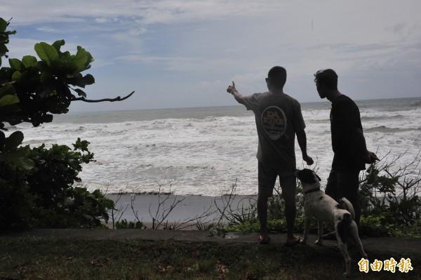 恆春半島東岸仍有大浪,衝浪客岸上觀浪過乾癮。(記者蔡宗憲攝)